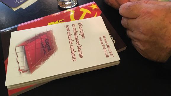 Les deux ouvrages apportés par Gérard Filoche lors de l\'interview à franceinfo à Paris, le 20 novembre 2017.