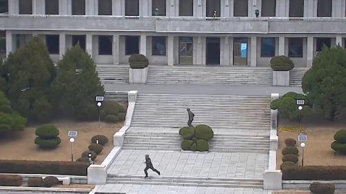 VIDEO. Les images spectaculaires d'un soldat nord-coréen fuyant sous les balles vers la Corée du Sud