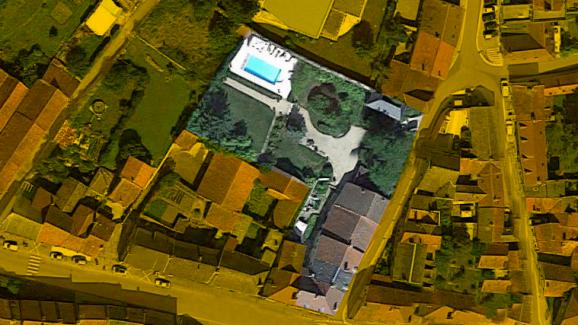 Vue aérienne de la permanence achetée par François Sauvadet en 1994 en Côte-d\'Or. Il a ensuite acquis, en 2004, deux parcelles jouxtant son terrain (à gauche de la piscine et à gauche du bâtiment principal).