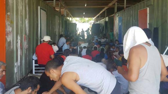 La police évacue de force des réfugiés d'un camp australien — Papouasie