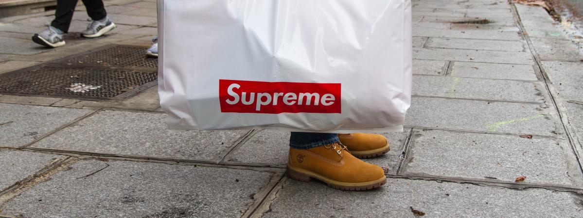 5a5498aa5d Le célèbre sac Supreme qu\'arborent fièrement tous les acheteurs à la  sortie de