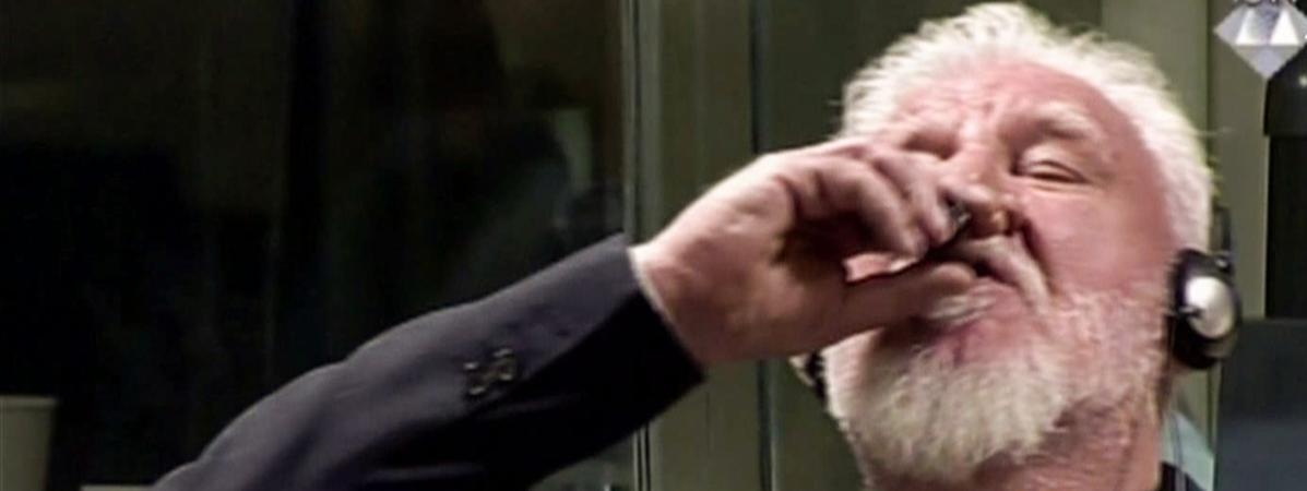 Capture d\'écran de la vidéo sur laquelle on voit le Croate de BosnieSlobodan Praljakavaler un poison, dans la salle d\'audience du Tribunal pour l\'ex-Yougoslavie à La Haye (Pays-Bas), le 29 novembre 2017.