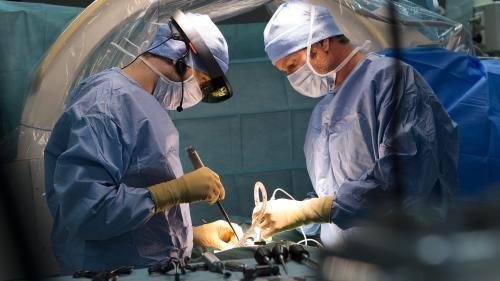 Un chirurgien pose en direct une prothèse d'épaule grâce à un casque de réalité augmentée