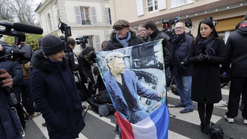 """""""Personne ne pourra remplacer Johnny Hallyday"""" : à Marnes-la-Coquette, les fans rendent hommage à leur idole"""