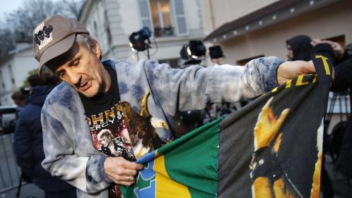 Les fans de Johnny Hallyday lui rendent hommage devant son domicile de Marnes-la-Coquette