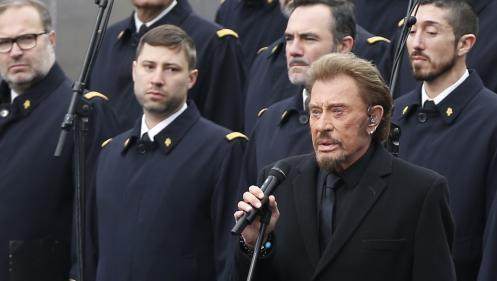 """VIDEO. Johnny Hallyday chante """"Un dimanche de janvier"""", place de la République, en hommage aux victimes des attentats"""