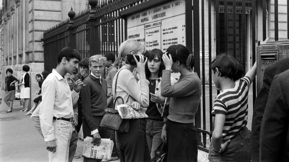 Des fans de Johnny Hallyday patientent devant l'hôpital Lariboisière de Paris au lendemain de la tentative de suicide du chanteur, le 11 septembre 1966.