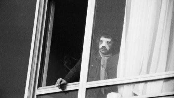 Johnny Hallyday fume une cigarette à la fenêtre de la clinique du Belvédère de Boulogne-Billancourt, le 24 février 1970, quatre jours après son accident de voiture avec Sylvie Vartan.