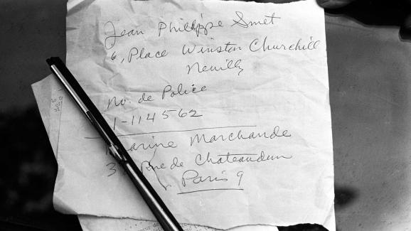 Mot laissé par Johnny Hallyday sur les lieux d\'un accident de voiture, le 1er octobre 1967 à Paris.