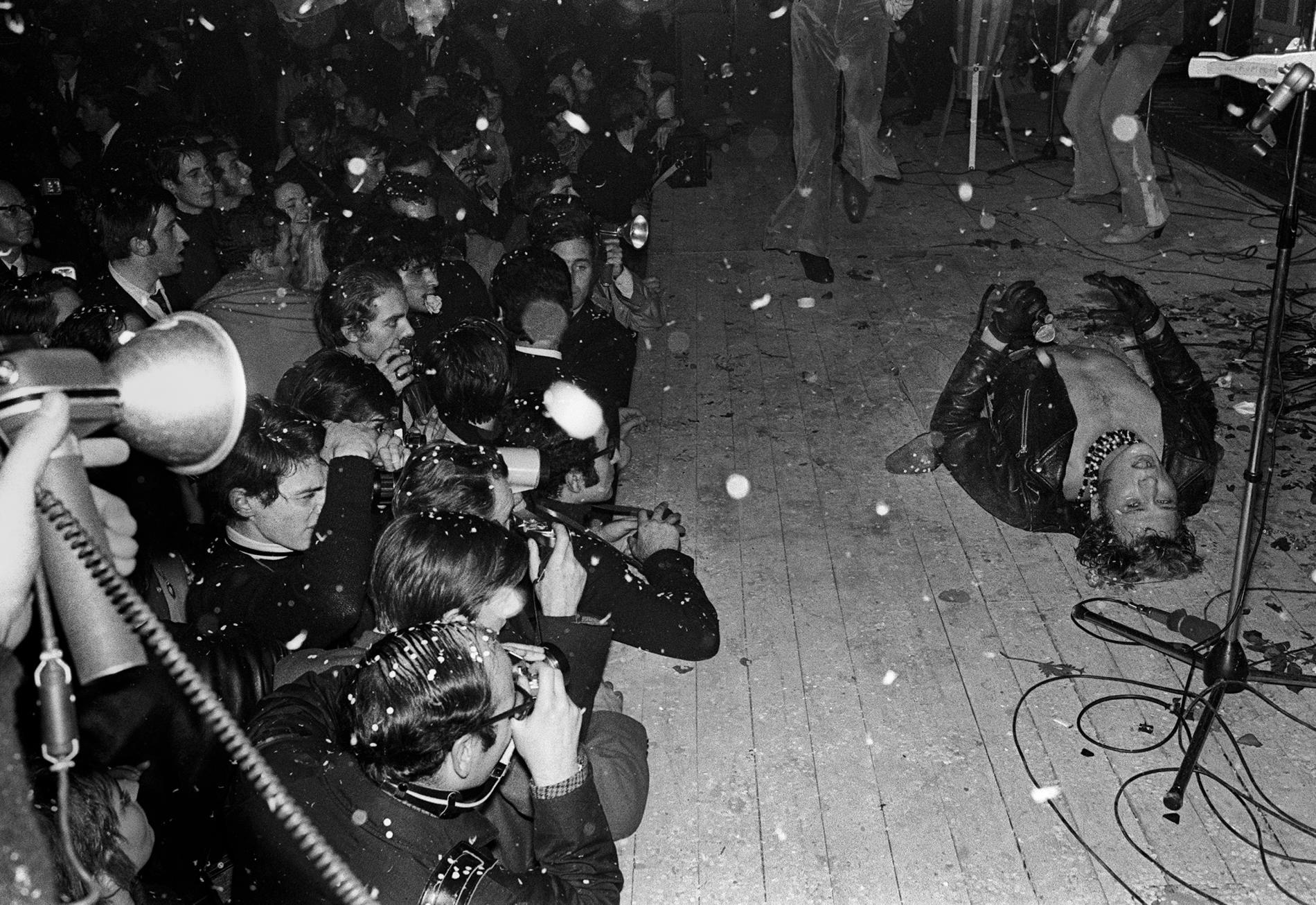 Johnny Hallyday se déchaîne devant 6 000 spectateurs lors d\'un concert au Palais des sports de Paris, le 15 novembre 1967.