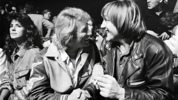 Johnny Hallyday et Gérard Depardieu plaisantent en compagnie de Babette, l\'épouse du chanteur (à gauche), le 21 janvier 1982 lors d\'un combat de boxe organisé à l\'hippodrome de Pantin (Seine-Saint-Denis).