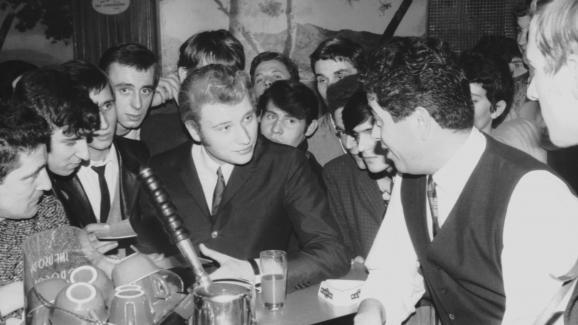 Johnny Hallyday et Henri Leproux, fondateur du Golf-Drouot à Paris, en 1965.