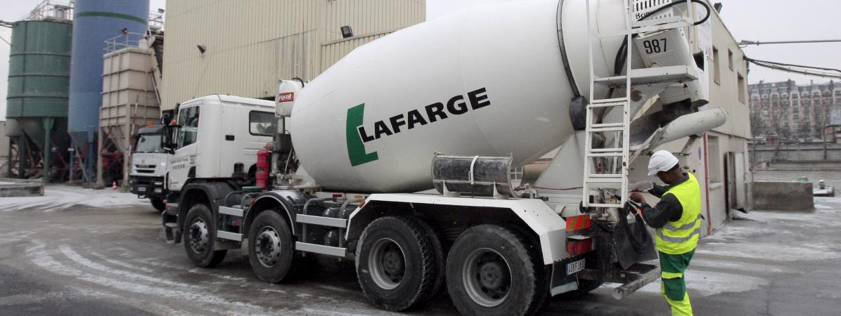 Un camion de la société Lafarge, dans son centre de distribution, à Paris, le 6 janvier 2010. (Photo d\'illustration)