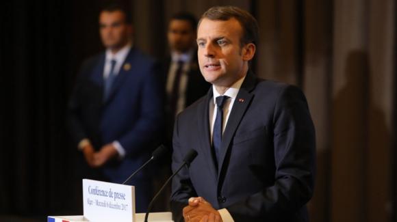 Le président a annoncé depuis Alger qu'il assisterait aux obsèques avec sa femme Brigitte