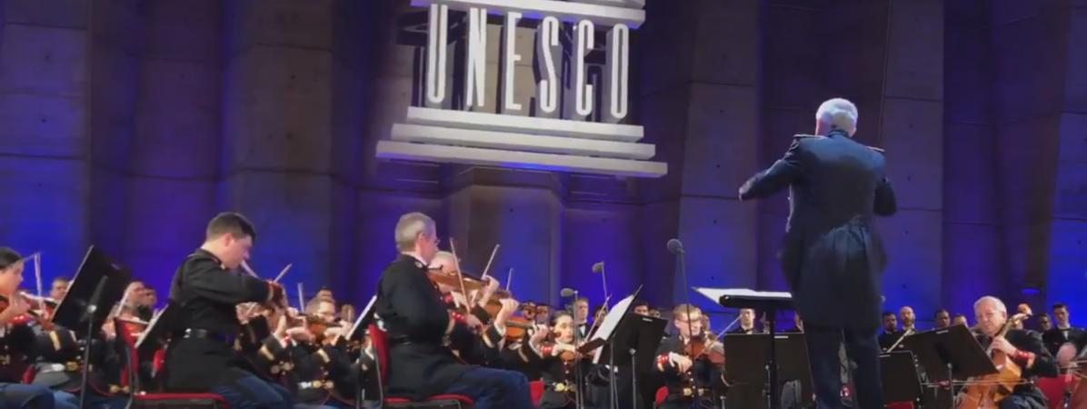 """L\'orchestre symphonique de la Garde républicaine reprend \""""Quelque chose de Tennessee\"""", en hommage à Johnny Hallyday, le 6 décembre lors d\'un concert à l\'Unesco, à Paris."""