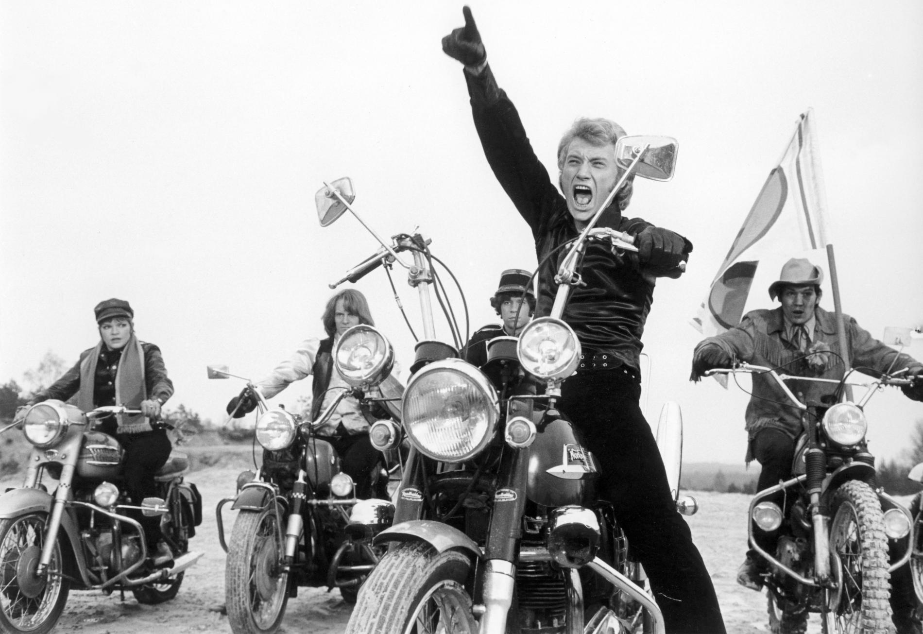 """Johnny Hallyday sur le tournage du film \""""A tout casser\"""" de John Berry en 1968."""