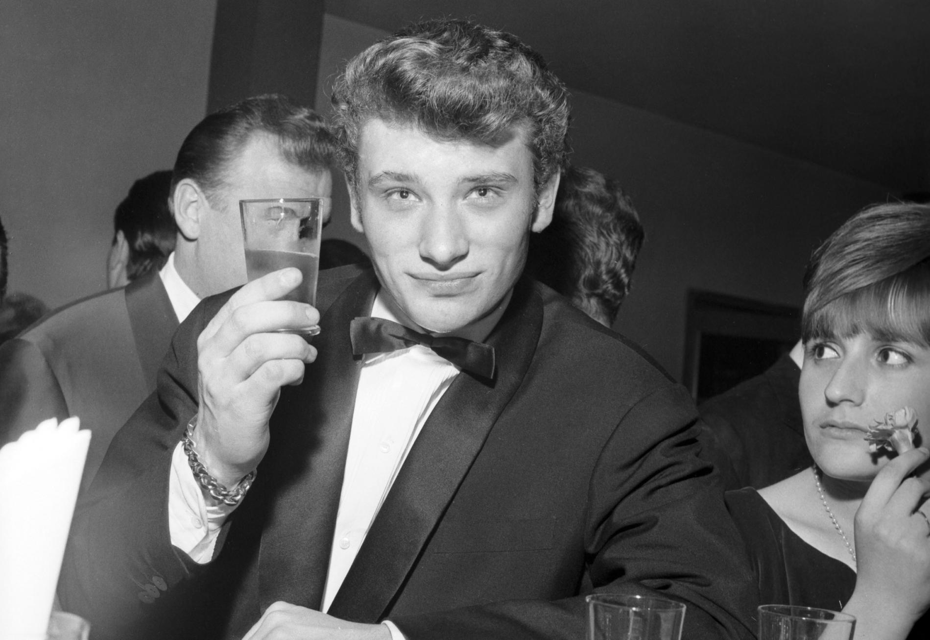 Johnny Hallyday prend un cocktail dans un bar à Cortina d\'Ampezzo en Italie, le 3 janvier 1962.