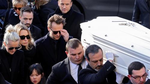 DIRECT. Le cercueil de Johnny acclamé par une foule immense à son départ de l'église de la Madeleine