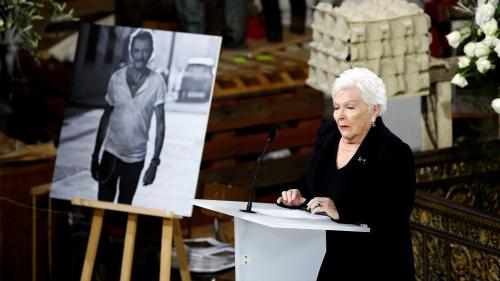 """VIDEO. Hommage à Johnny : """"Jamais notre amour pour toi ne mourra, jamais"""", lance Line Renaud"""