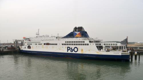 """DIRECT. Calais : le ferry échoué dans le port """"flotte de nouveau"""""""