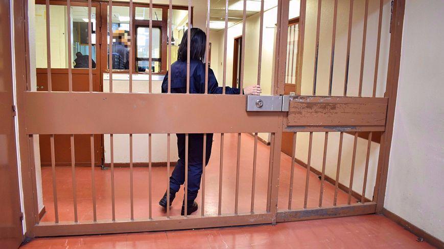 Recrutement de 1 000 surveillants dans les prisons les for Postuler maison du monde