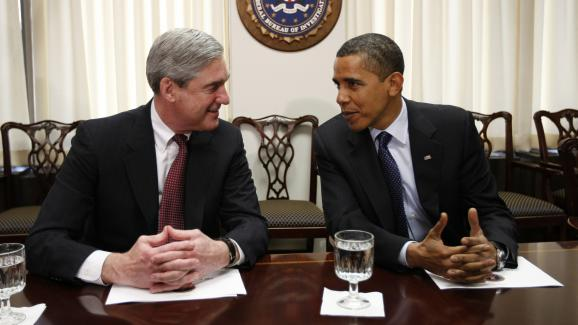 Robert Mueller et Barack Obama discutent au siège du FBI, à Washington (Etats-Unis), le 28 avril 2009.