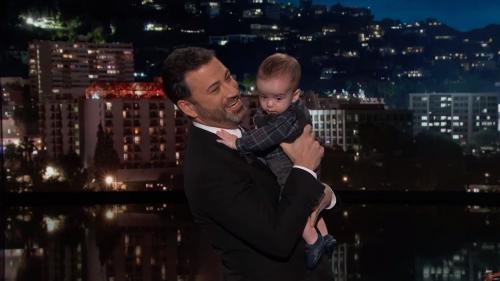 VIDEO. Etats-Unis : le présentateur Jimmy Kimmel présente son fils, opéré du cœur, pour évoquer le système de santé américain