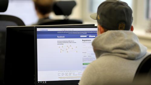 Le gouvernement veut que les ados demandent l'accord de leurs parents pour utiliser Facebook