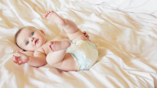 Couches, lingettes nettoyantes, petits pots... Tous ces produits pour bébés dont vous devriez lire les étiquettes