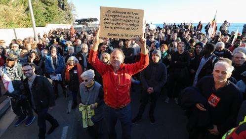 Alpes-Maritimes : 500 personnes manifestent en soutien aux migrants avant d'être bloquées par des CRS