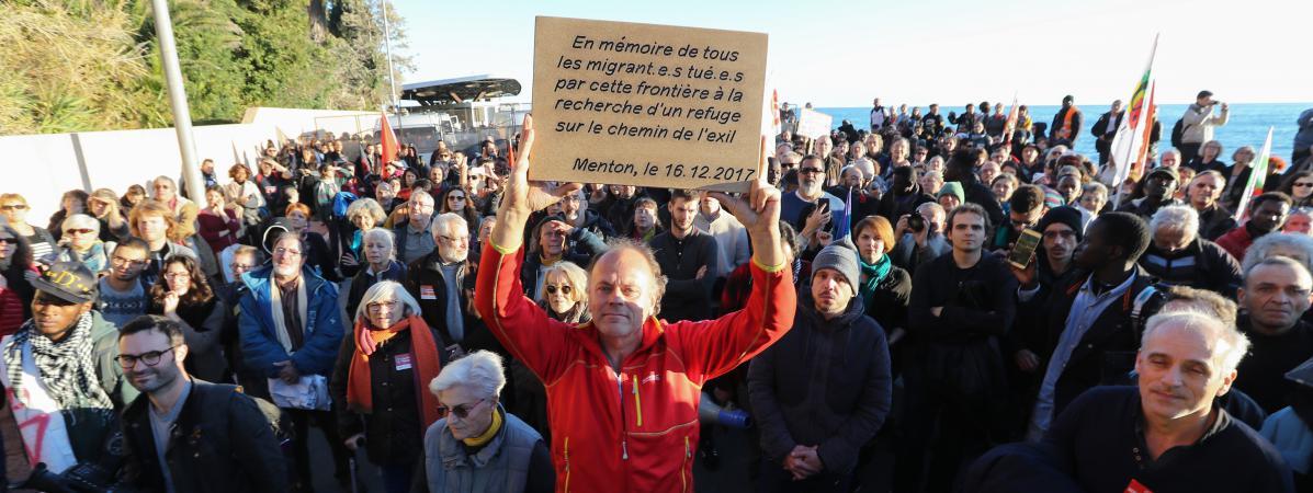 Manifestation en mémoire des migrants tués alors qu'ils étaient en exiel, le 16 décembre 2017 à Menton (Alpes-Maritimes).