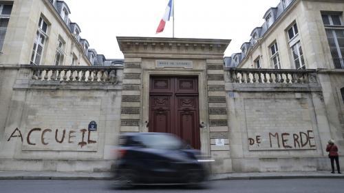 """Paris : des manifestants taguent un ministère pour dénoncer l'""""accueil de merde"""" des migrants"""