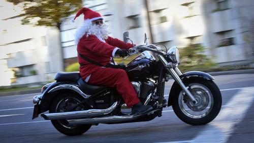 VIDEO. Le père Noël poursuit à moto une conductrice en fuite dans les rues de Paris