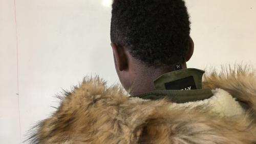 """""""Ils nous frappaient sous les pieds avec un fer à béton"""": Amadou, 17 ans, raconte l'enfer de l'esclavage en Libye"""