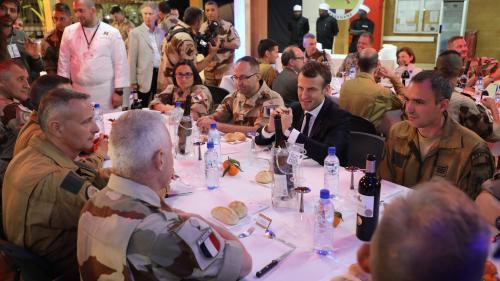 VIDEO. Emmanuel Macron réveillonne avec les troupes françaises engagées au Sahel