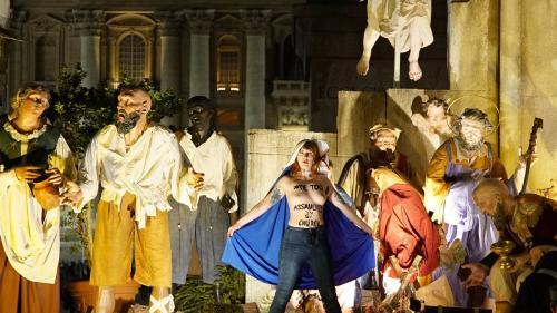 Vatican : trois Femen posent seins nus dans la crèche de la place Saint-Pierre
