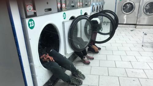 Paris : une photo d'enfants dormant dans des machines à laver choque les internautes