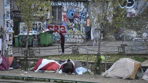 """""""Plus personne dans les rues à la fin de l'année"""": pourquoi la promesse d'Emmanuel Macron n'est pas tenue"""