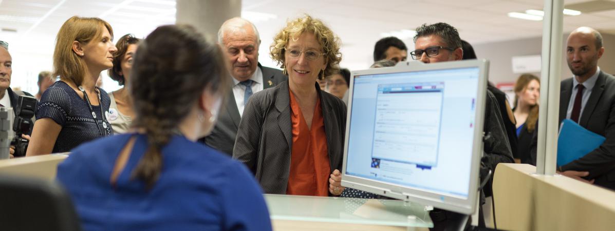 La ministre du Travail, Muriel Pénicaud, visite les locaux d\'une agence Pôle emploi de Lyon, le 4 août 2017.