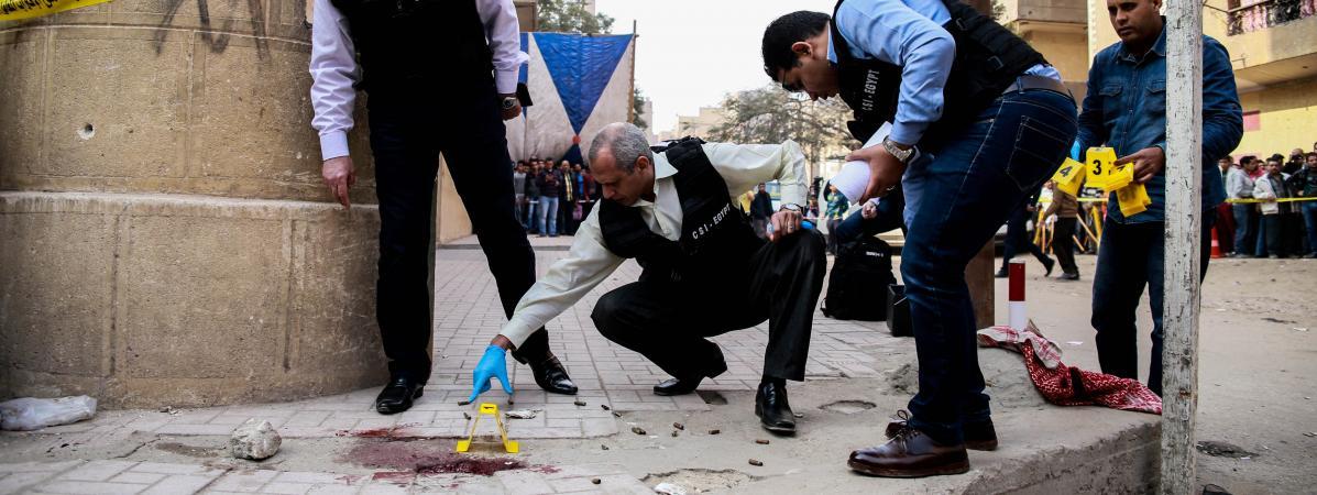 Des experts de la police égyptienne travaillent sur les lieux d\'une attaque dans une église copte, près du Caire, vendredi 29 décembre 2017.