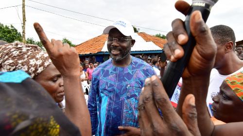 Liberia : des footballeurs félicitent George Weah après son élection à la présidentielle