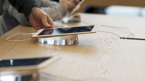 Bridage d'anciens iPhone : Apple présente ses excuses pour ses batteries et baisse le coût de leur remplacement