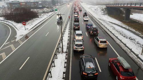 """Savoie : des voitures bloquées """"jusqu'en début de soirée"""" au point de passage vers les stations de ski"""