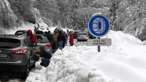 """VIDEO. """"Il neige le jour où il faut pas"""" : un chassé-croisé chaotique sur les routes des stations en Savoie"""