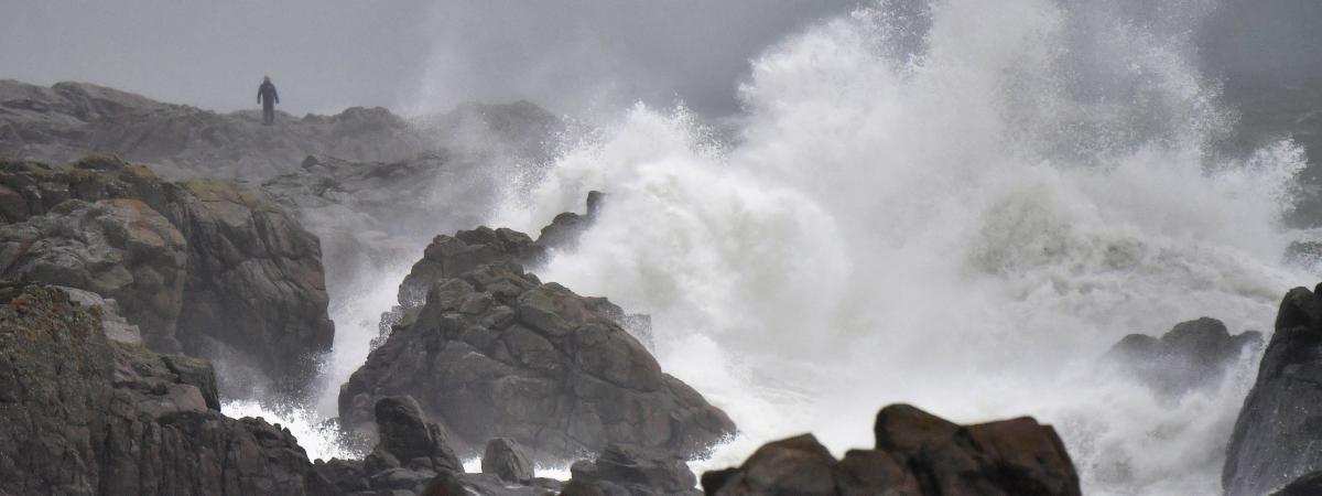 Un homme regarde les vagues à Batz-sur-Mer, en Bretagne, le 31 décembre 2017, à la veille de l\'arrivée de la tempête Carmen.