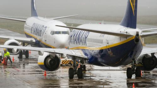 VIDEO. Un passager de Ryanair, fatigué d'attendre le débarquement, s'installe sur l'aile de l'avion