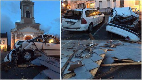 Nord : une partie de la toiture de l'église s'effondre sur deux voitures à Marchiennes