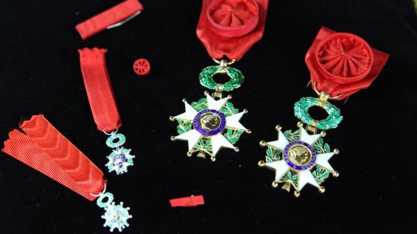 Légion d'honneur : faut-il la retirer à Franco ?
