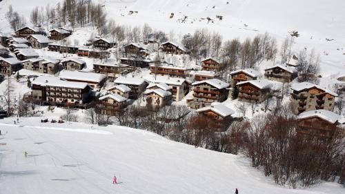 Un agriculteur retrouvé sous une coulée de neige en Savoie, portant le bilan de la tempête Eleanor à trois morts