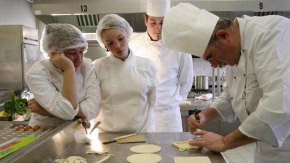 C 39 est mon boulot cuisinier un m tier largement ouvert aux reconversions professionnelles for Cuisinier un bras